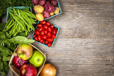 agricultor: Fresh agricultores de frutas y verduras del mercado desde arriba, con copia espacio