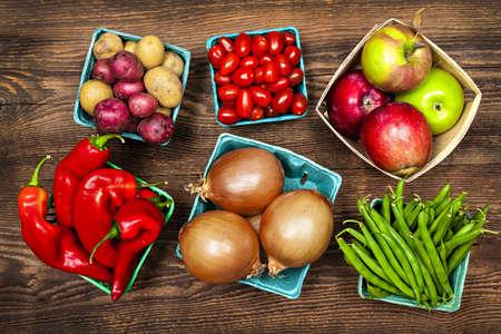 Vers boerenmarkt groenten en fruit te produceren van boven