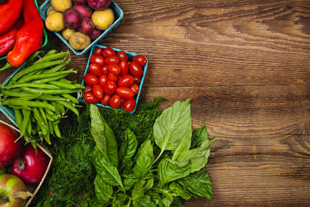 granjero: Fresh agricultores de frutas y verduras del mercado desde arriba con el espacio de la copia en color marr�n madera