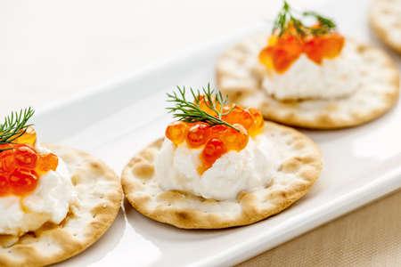crackers: Primer plano de caviar y aperitivo de queso crema con galletas Foto de archivo
