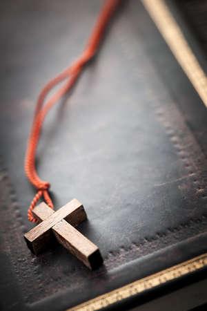 cruz religiosa: Primer sencillo de collar de madera cruz cristiana en santa Biblia con copia espacio