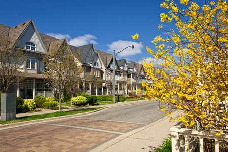 Rij van huizen op de lente straat in Toronto Canada