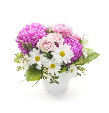 Boeket van kleurrijke bloemen gerangschikt in kleine vaas op witte achtergrond
