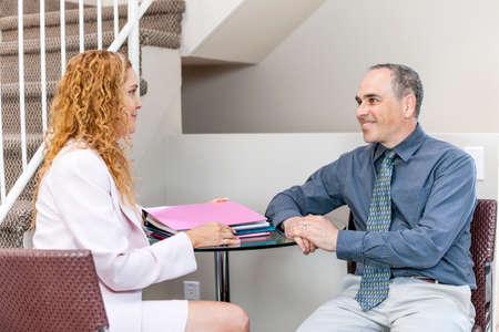 Hombre y una mujer discutiendo el trabajo en la oficina de negocios