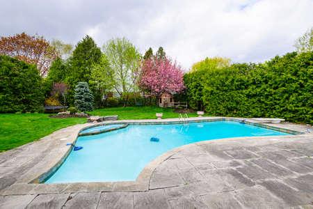 屋外 inground 住宅プライベート スイミング プールと石のパティオと裏庭