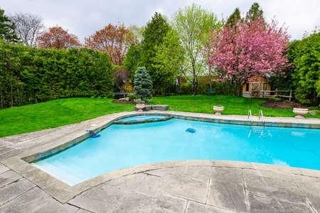 야외 inground 주거 전용 수영장 및 돌 안뜰 뒤뜰 스톡 콘텐츠