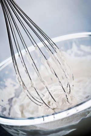 ガラスのボウルでクリームをホイップ金属の泡立て器のクローズ アップ 写真素材 - 24626231