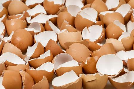 많은 깨진 된 갈색 빈 달걀 껍질의 배경