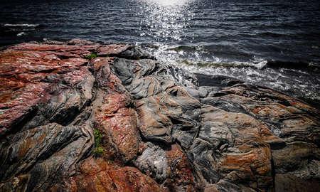 Parry の音、オンタリオ州、カナダの近く頑丈なグルジアの湾湖の岸でカラフルな岩・基盤を公開しました。 写真素材