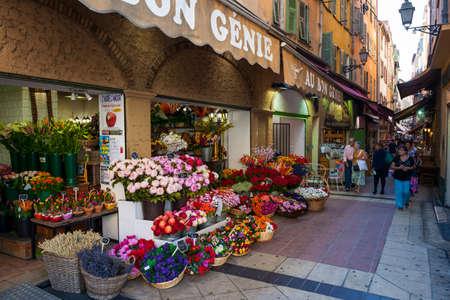 ニース, フランス - 2014 年 10 月 2 日: 歩行者 Rue Pairoliere に「Au bon 精霊」フラワー ショップ、趣のあるショッピング通りが並ぶ食べ物やお土産ショッ 報道画像