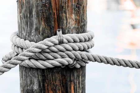 Fragment van nautische touw hek met verweerde houten paal in de haven van Key West, Florida. Stockfoto