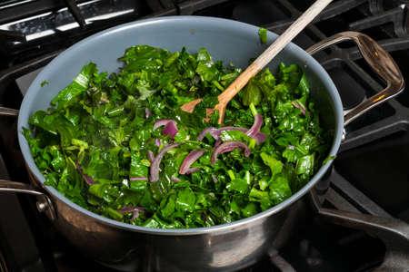 가스 레인지의 요리 냄비에 양파를 담은 신선한 양배추