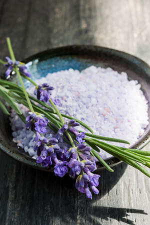 Lavender bath salts herbal body care product in dish with fresh flowers close up Zdjęcie Seryjne