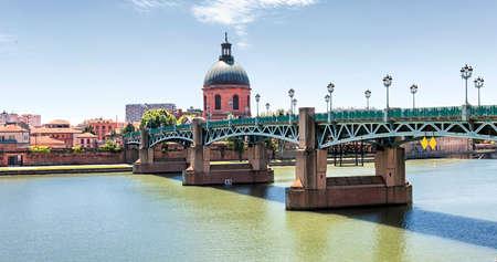 Panoramic view of Saint-Pierre Bridge over Garonne river and Dome de la Grave in Toulouse, France Banco de Imagens