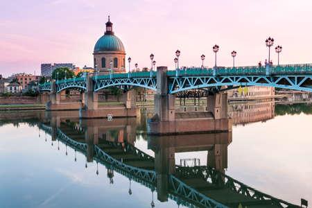 툴루즈, 프랑스에서 석양가 른 느 강과 돔 드 라 그레이 브에서 반영하는 세인트 피에르 다리