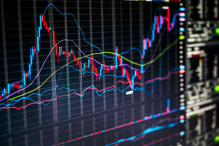 Graphiques boursiers et numéros affichés sur l & # 39 ; écran de négociation de la ligne de commerce électronique Banque d'images - 82064801