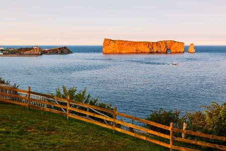 Perce Rock-mening van Gaspe-Schiereiland bij zonsondergang in Quebec, Canada