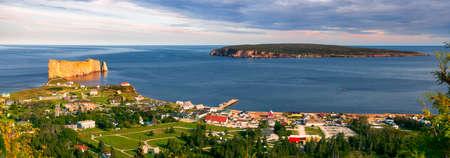 Panoramisch zicht op Perce Rock en Bonaventure Island vanaf Mount Sainte-Anne uitkijkpunt in Perce, schiereiland Gaspe, Quebec, Canada. Stockfoto