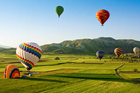 Hot air balloons fly over Cappadocia, Turkey. Stockfoto