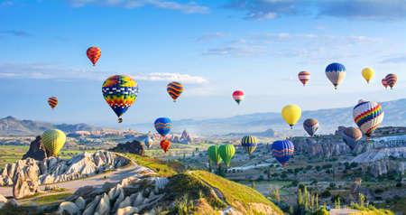 카파도키아 - 풍선 비행의 위대한 관광 명소. 카파도키아는 열기구로 날아갈 수있는 최고의 장소 중 하나로 전세계에 알려져 있습니다. 터키 카파도키아 괴레메 스톡 콘텐츠 - 89903543
