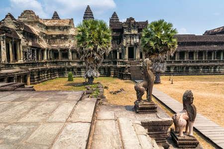 앙코르 와트의 놀라운 경치는 캄보디아의 복잡한 사원이며 세계에서 가장 큰 종교 기념물입니다. 위치 : Siem Reap, Cambodia. 예술적 그림입니다. 아름다움