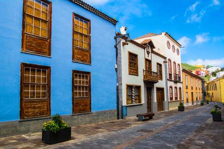 Stadtstraßenansicht in La Laguna-Stadt auf Teneriffa, Kanarische Inseln. Spanien.