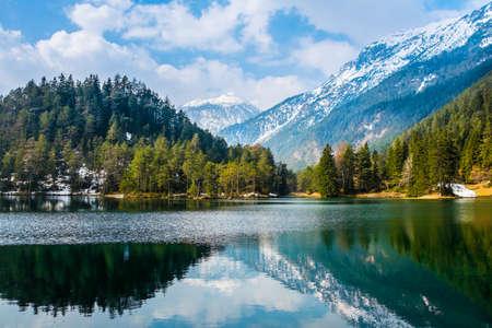 Fantásticas vistas del lago tranquilo con una increíble reflexión. Montañas y glaciares en el fondo. Paisaje tranquilo y pintoresco. Ubicación: Austria, Europa. Imagen artística. Mundo de la belleza Foto de archivo - 90339126