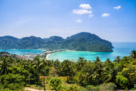 Amazing view of bay Koh Phi Phi Don in andaman sea from View Point. Island Koh Phi Phi Don, Krabi, South Thailand. 免版税图像
