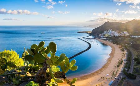 Удивительный вид на пляж Las Teresitas с желтым песком. Расположение: Санта-Крус-де-Тенерифе, Тенерифе, Канарские острова. Художественная фотография. Мир красоты. Фото со стока
