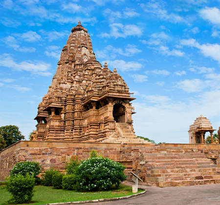 Храм Кандария Махадева, посвященный Шиве, под облачным небом, Западные храмы Кхаджурахо, Индия.