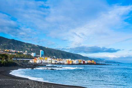 Вид на красочные дома Пунта-Брава с пляжа Джардин в Пуэрто-де-ла-Крус, Тенерифе, Канарские острова, Испания Фото со стока