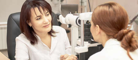 Eye ophthalmologist exam. Eyesight recovery. Astigmatism check concept. Ophthalmology diagmostic device. Beauty girl portrait in clinic. Stockfoto