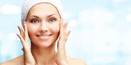 Retrato de belleza natural con las manos. Cosmetología cara de mujer madura. Crema cosmética. Protección de la piel. Niña elegante.