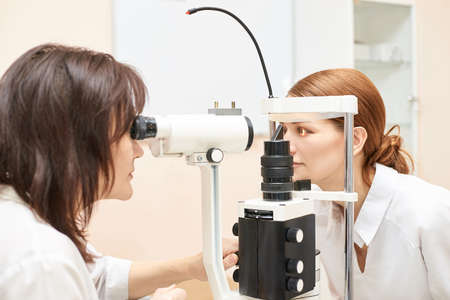Oog oogarts examen. Herstel van het gezichtsvermogen. Astigmatisme controleconcept. Oogheelkundig diagnoseapparaat. Schoonheid meisje portret in kliniek.