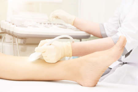 Doctor ultrasound knee test. Scan medical equipment. Diagnosis ultrasound foot. Varicose ankle exam tool. Zdjęcie Seryjne