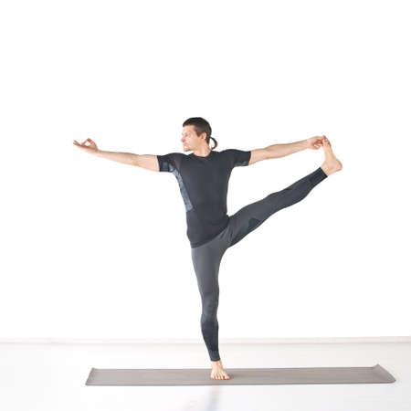 Man in yoga class. Black wear. Utthita ardha dhanurasana. Foto de archivo - 152554771