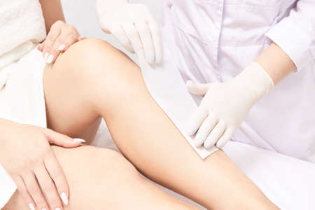 Hot hair removal depilation. Female skin routine. Foto de archivo - 152554781