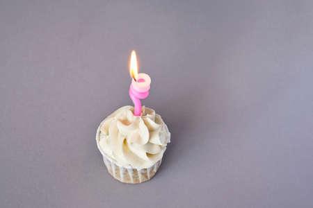 Milky cream cupcake. Birthday sweet bakery. Cookies. Yummy buttercream dessert. Wedding party food. Grey background. Holiday recipe. Anniversary gourmet. One pieces. Candle light 版權商用圖片