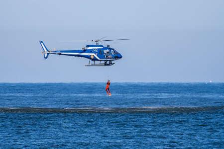 Hossegor, France. 20.05.2020. Formation d'hélicoptère de sauvetage avant le début de la saison de plage. Arrière-plan flou. Éditoriale