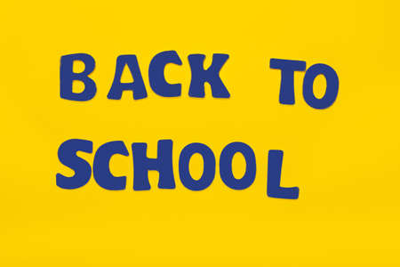 Lettering back to school on yellow background. Illustration for greeting card, banner, flyer, invitation, brochure or promotional poster Banque d'images