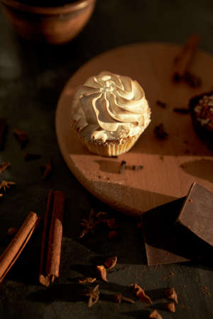 Tasty desserts, cake and cinnamon on the dark background 版權商用圖片