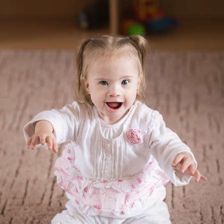Chica positiva pequeño con síndrome de Down Foto de archivo - 28060562