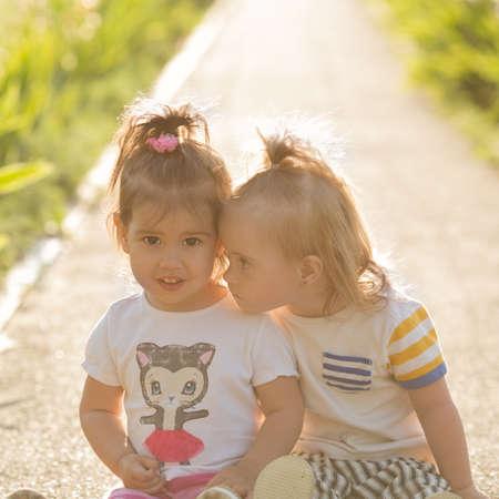 Niña con síndrome de Down que juega con su novia Foto de archivo - 30836083