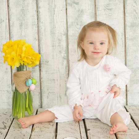 pantalones abajo: Retrato de niña alegre con síndrome de Down Foto de archivo