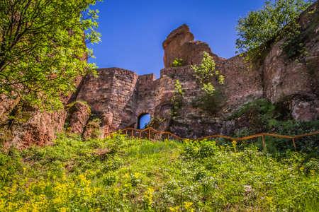 The main entrance to the famous Belogradchik fortress in Bulgaria  Foto de archivo