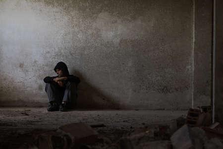 暗い気分、心理的苦痛、精神的な病気および中毒のテーマ 写真素材