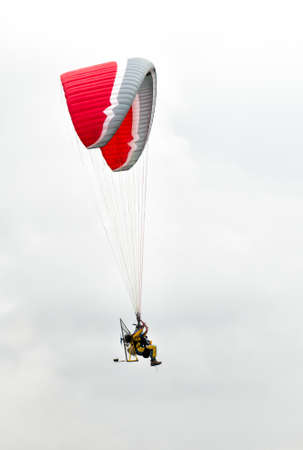 Man with paramotor in the sky 版權商用圖片 - 25993621
