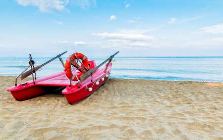 Red rescue boat on the beach 版權商用圖片 - 27915914