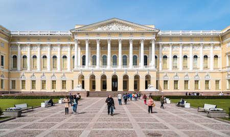 palacio ruso: SAN PETERSBURGO, Rusia - 11 de junio, 2015: El Museo del estado ruso, Mijailovski Palacio en San Petersburgo Rusia. Es el mayor depositario de obras de arte ruso en San Petersburgo.