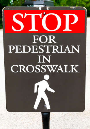 crosswalk: Pare la muestra para peatones en paso de peatones Foto de archivo
